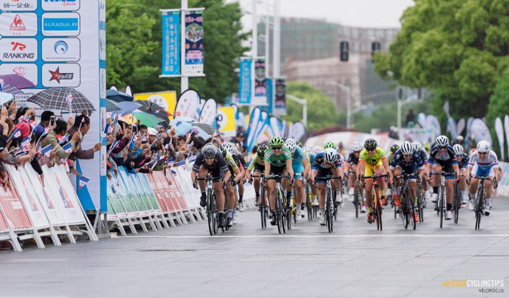 La volata vinta da Chloe Hosking (Wiggle High5) al Tour of Chongming Island 2016 © CyclingTips.com