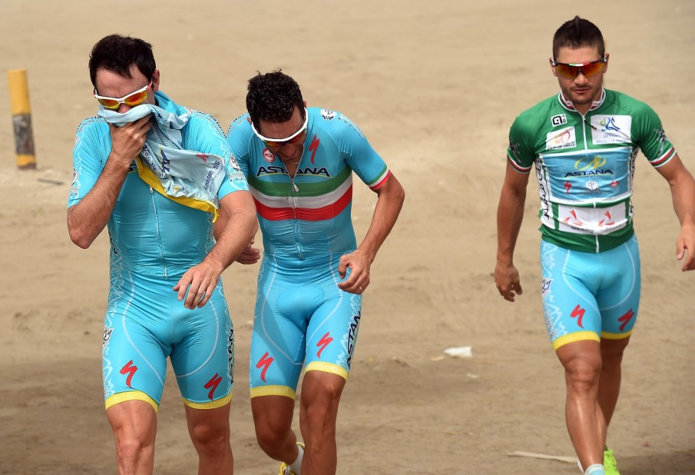 Borut Bozic, Vincenzo Nibali e Andrea Guardini si coprono dalla sabbia al Tour of Oman 2015 © Bettiniphoto