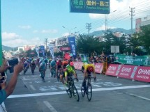 Lo sprint serrato tra Walscheid e Andriato © Tour of Hainan