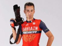 Vincenzo Nibali con in mano un obiettivo © Bettiniphoto