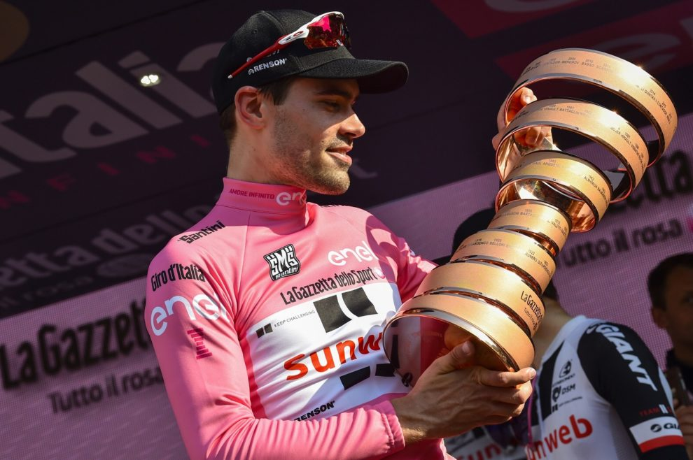 Tom Dumoulin guarda il Trofeo Senza Fine conquistato al Giro d'Italia 2017 © Bettiniphoto