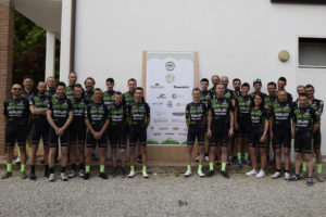 Una foto di gruppo del Green Paper Cycling Team 2017