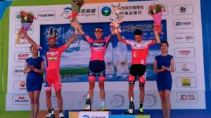 Il podio della terza tappa del Tour of Qinghai Lake © Twitter/Minsk Cycling Club