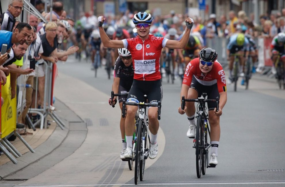 Lo sprint vincente di Marianne Vos © Waowdeals Pro Cycling/Anton Vos