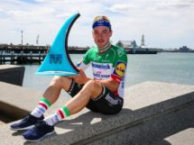 Elia Viviani con il trofeo conquistato alla Cadel Evans Great Ocean Road Race © Getty Images - Con Chronis