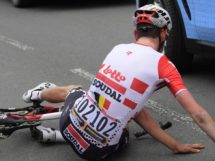 Tiesj Benoot a terra dopo l'incidente © Photonews