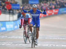 Philippe Gilbert batte Nils Politt e vince la Parigi-Roubaix 2019 © Getty Images