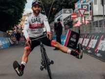 Fernando Gaviria in una posa bizzarra © UAE Team Emirates
