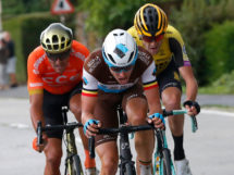 Oliver Naesen tra Greg Van Avermaet e Laurens De Plus © AG2R La Mondiale-Getty Images