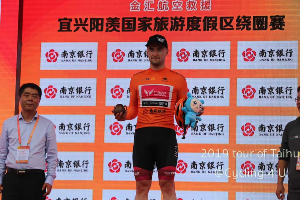 Dylan Kennett sul podio al Tour of Taihu Lake © Cycling 4 U