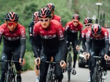 "Egan Bernal e Geraint Thomas ""tirano il collo"" ai compagni © Team Ineos"