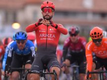 Nacer Bouhanni supera Mareczko e Nizzolo © Getty Images