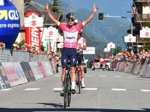 Tom Pidcock vince anche l'ultima tappa del Giro d'Italia Under 23 , applauso (sportivo o ironico?) di Vandenabeele © Isolapress