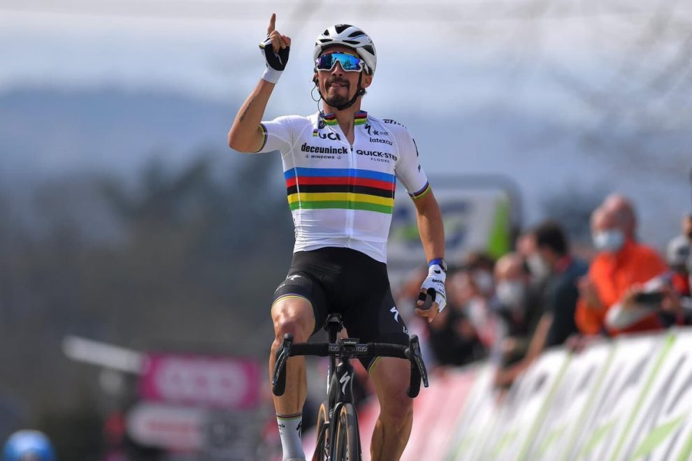 Julian Alaphilippe vince in maglia iridata © Getty Images