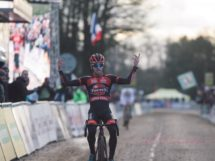 Eli Iserbyt batte Toon Aerts a Nommay © UCI